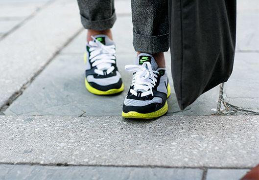 Zapatos deportivos. Las opciones son infinitas en el calzado deportivo, busca un par que además de comodidad le añada actualidad a tu look. Rompe las reglas y úsalos con cualquier clase de prendas, desde jeans hasta traje sastre.