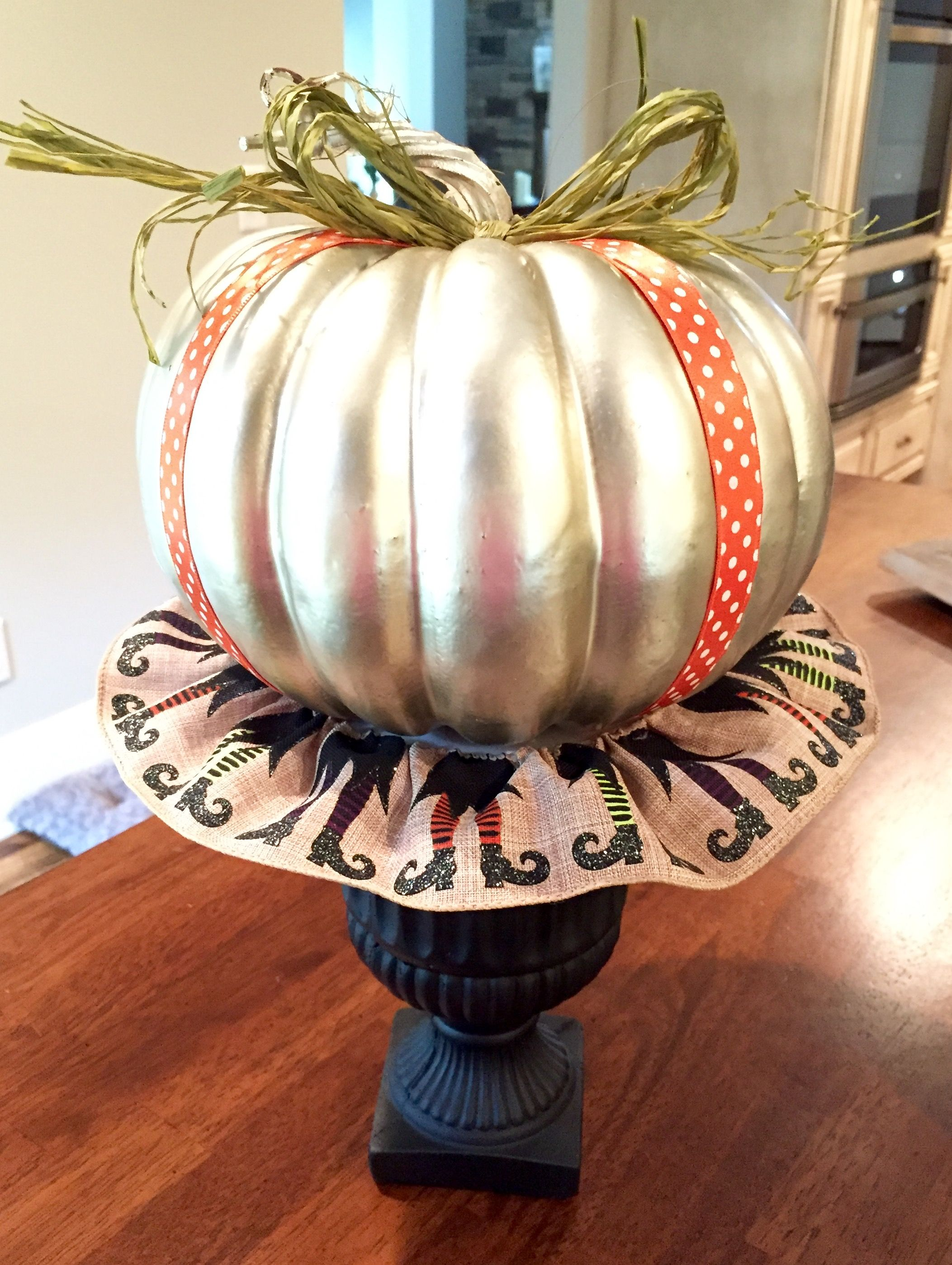 Halloween Urn Decorations Beauteous Turn A Basic Black Urn Into A Pretty Halloween Table Top Decorating Inspiration