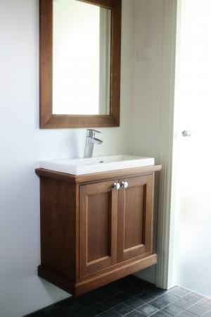 Kylpyhuoneen säilytyskaluste ja peili. #countrystyle #finishdesign © AX-Design Oy, Finland