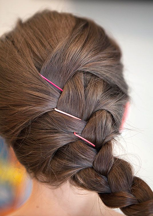 Apparently There S A Billion Different Ways To Use A Bobby Pin Here S How Hairstyle With Bobby Pins Hair Styles Hair Pins