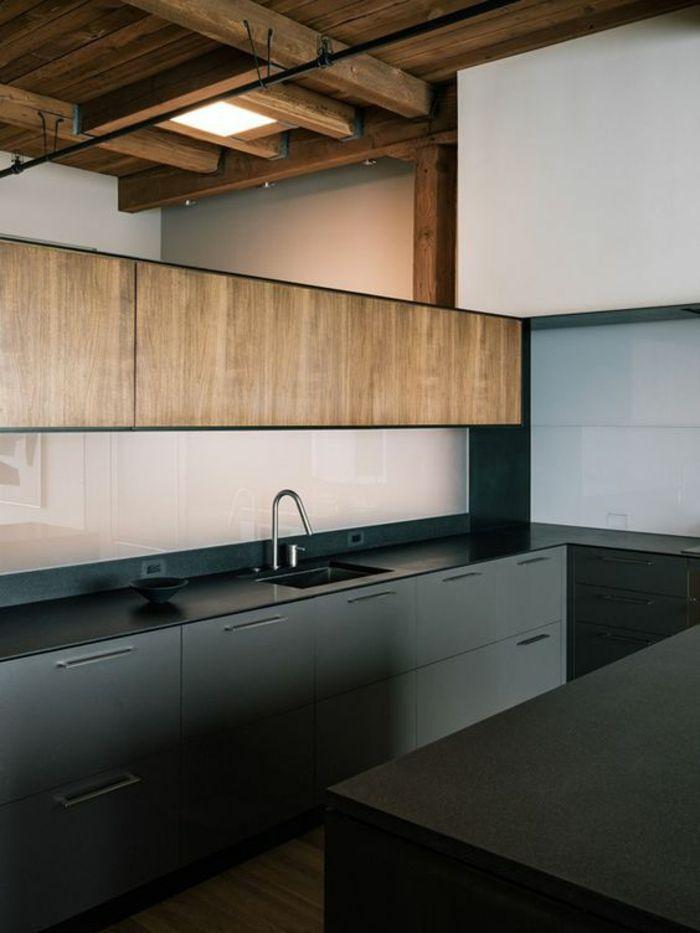 cuisine noir et bois avec des zones imitation bois clair sur les meubles et des poutres - Cuisine Noir Et Bois