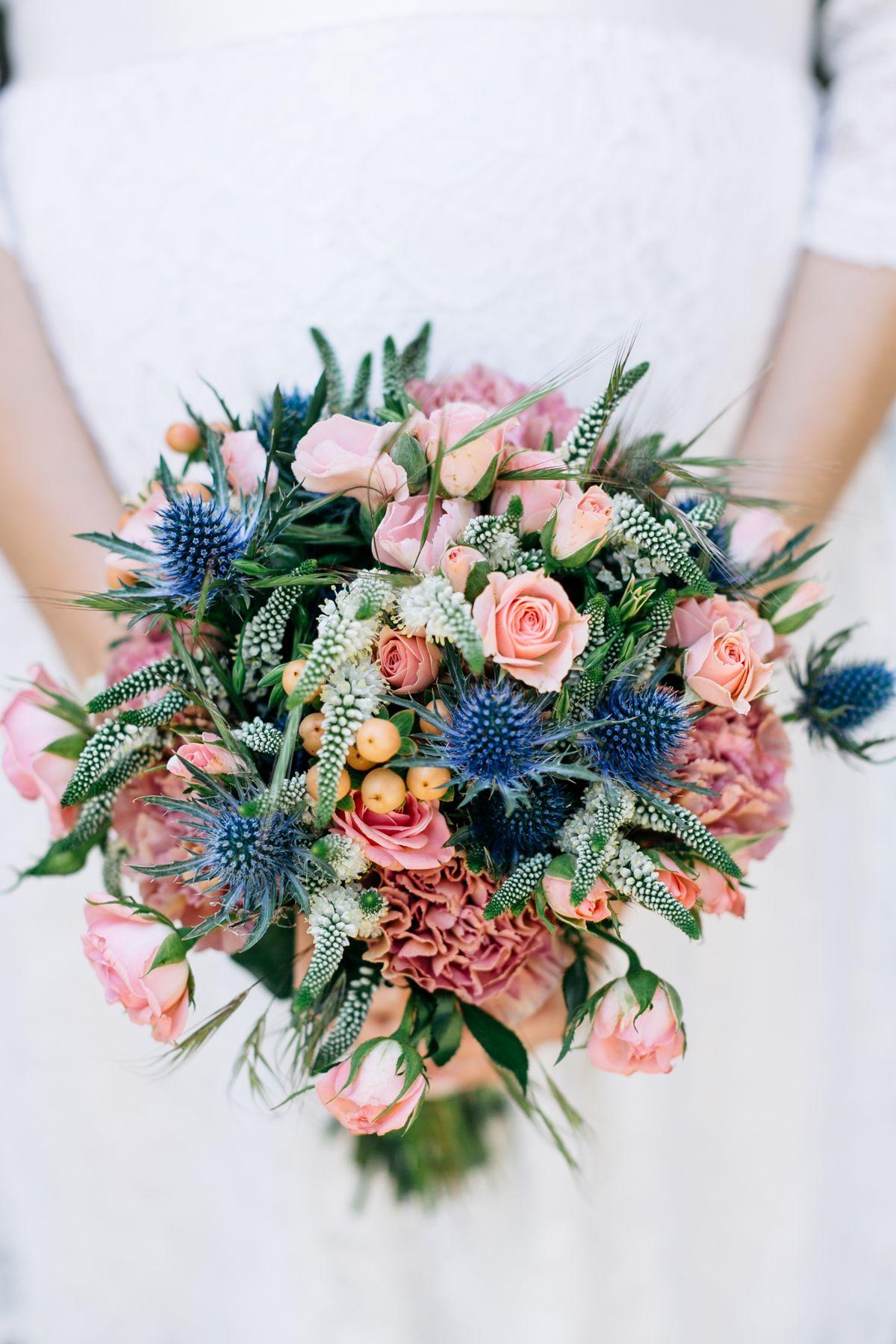Sommerliche Hochzeit zu Dritt in Blau und Peach