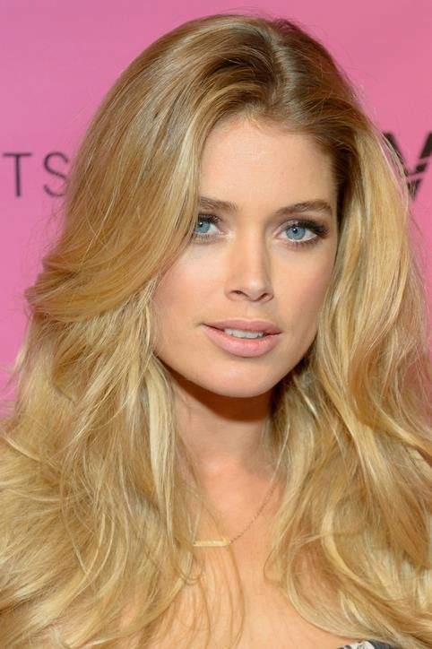 Party Makeup Idea: Highlight the Inner Corners of Your Eyes Like Doutzen Kroes    Subtly draw attention to your gaze by applying a hint of glint to the inner corners of your eyes. The key is to use a metallic shade that's close to your complexion. If your skin tone is fair, use champagne. If it's olive, go for gold. If you're dark, bronze is your best bet.