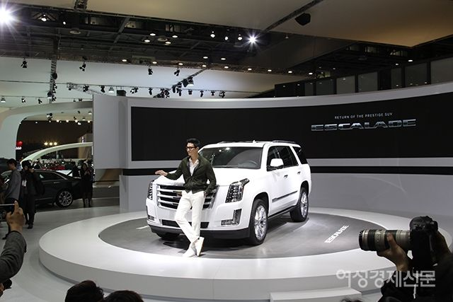 das mulheres Economic Daily site móvel que introduz o Cadillac Escalade Daniel Henney