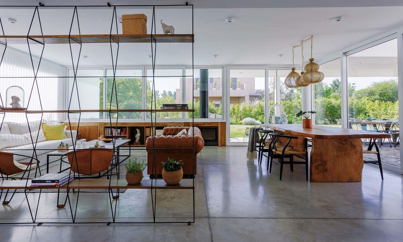 Una casa moderna abierta y luminosa pisos de cemento for Pisos para living comedor