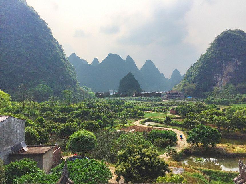 Chegar à cidade depois de se ter estado em Pequim é entrar numa bolsa de oxigénio
