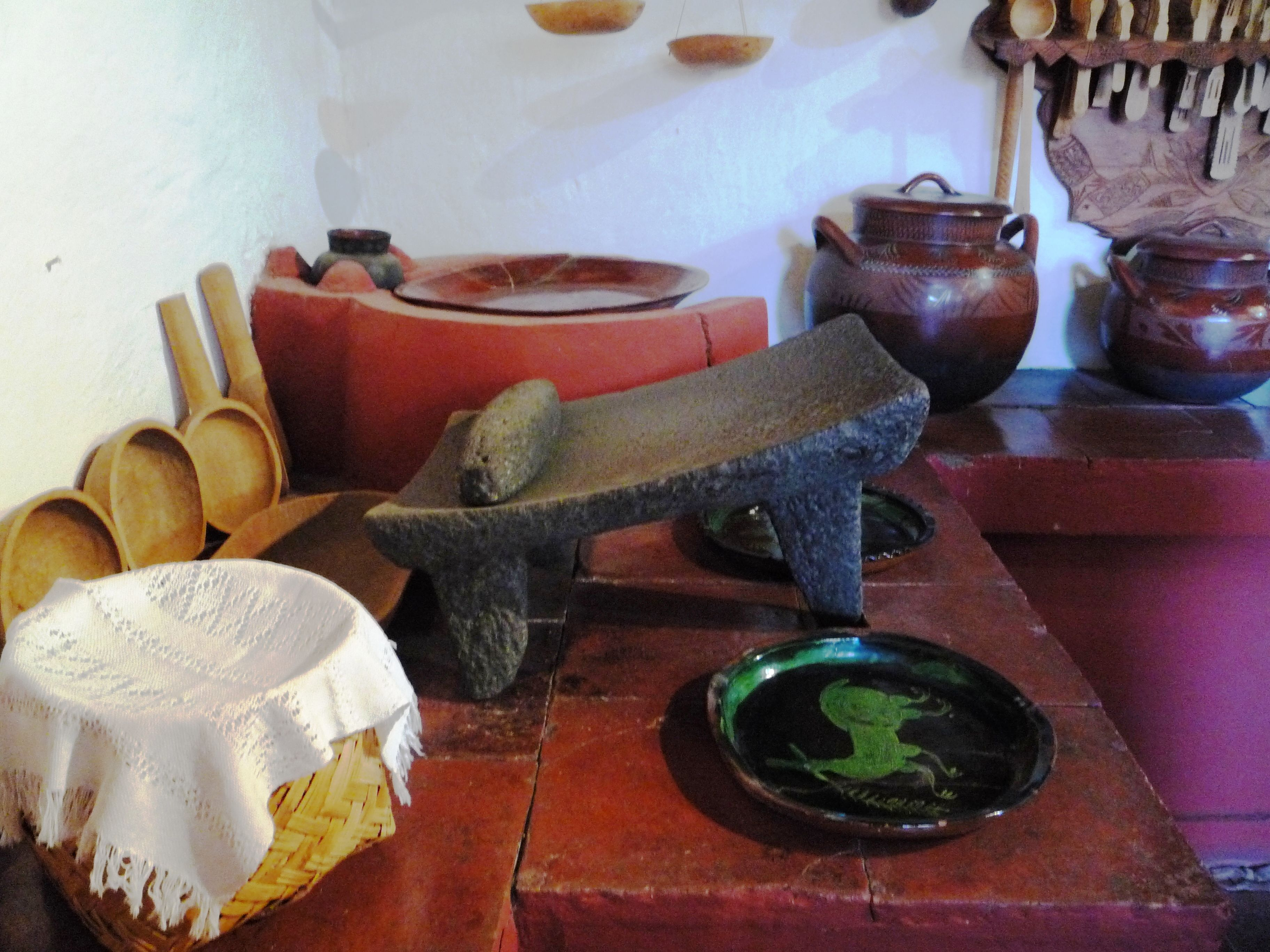Utensilios de cocina tradicional mexicana metate comal chiquihuite cucharas y o platos de palo cazuelas ollas  cocina mexicana decoraciones