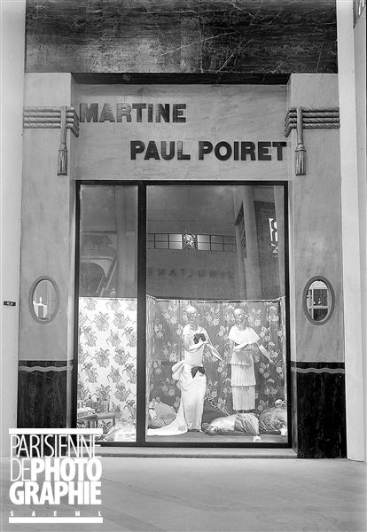 """Vitrine """"Martine"""" du couturier Paul Poiret, Paris, Grand-Palais, 1924 - Photo de Boris Lipnitzki"""