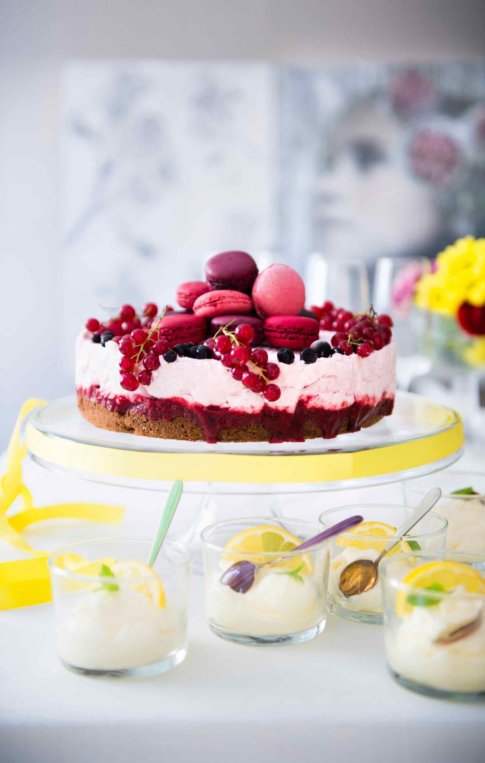 Kakku on juhlapöydän keskipiste. Kevään juhlakauden huipentuessa kokosimme tähän Ruoka.fi:n parhaiden täytekakkujen ohjeet juhlanjärjestän ilo…