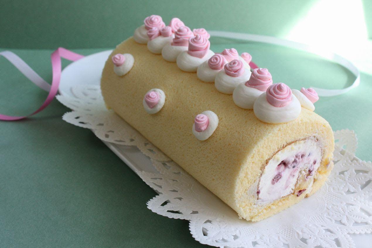 プレーンなロールケーキもうまく焼けるととっても美味しいです。 ふわふわとそしてもっちりで、口どけのよい生クリームとフルーツの甘酸っぱさがよく合います。ノーカットでupしようかと思いましたが、ちょっと長くなるので、やはりカットしました。 リボン状に生地が立ってから、薄力粉をふるって混ぜるのは、実はもう少し長く混ぜて...