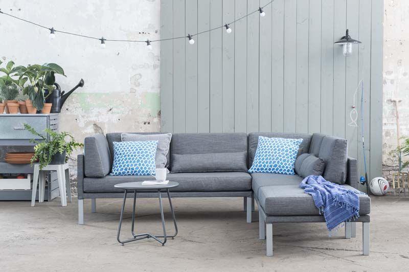 KARWEI | De kussens in felblauw zijn een eye-catcher op deze loungebank. #karwei #tuin #tuinmeubels