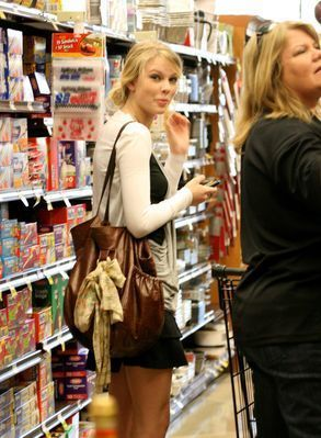 taylor swift shopping with her mom :) -S