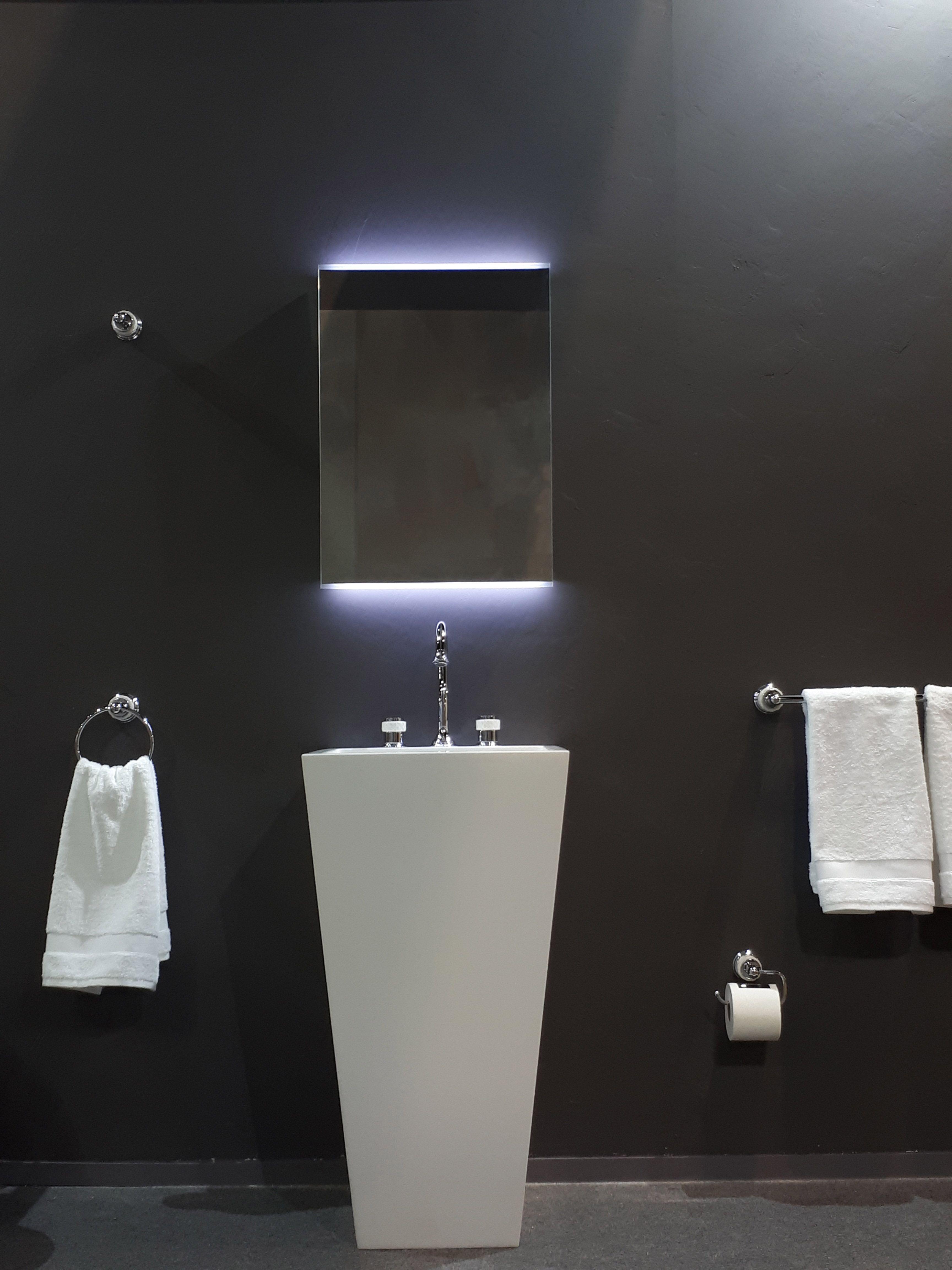 Espejo Con Luz Y Lavabo Pie De Diseño Con Grifo De Diseño Lujo De Bronces  Mestre