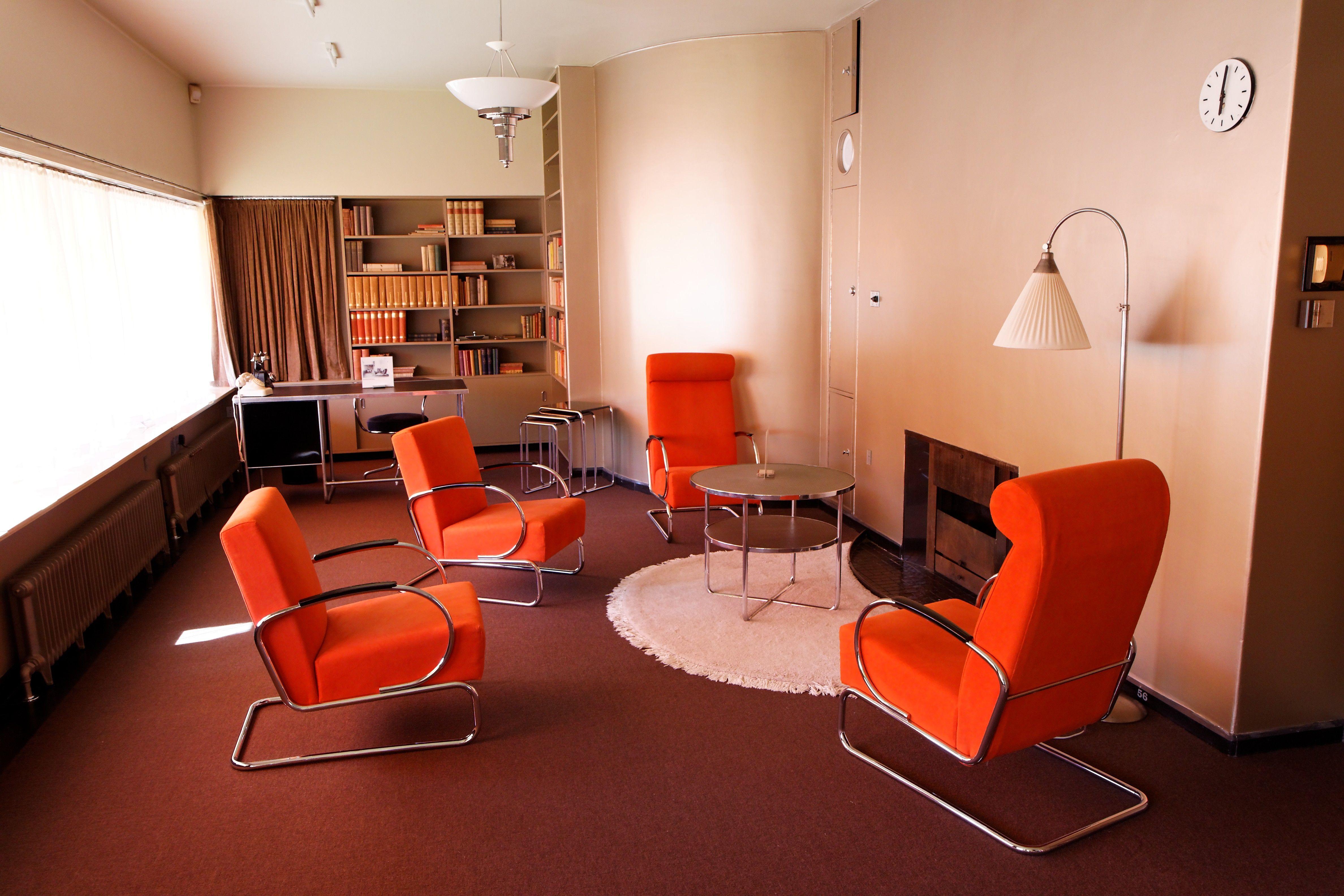 Bibliotheek met van Gispen fauteuils