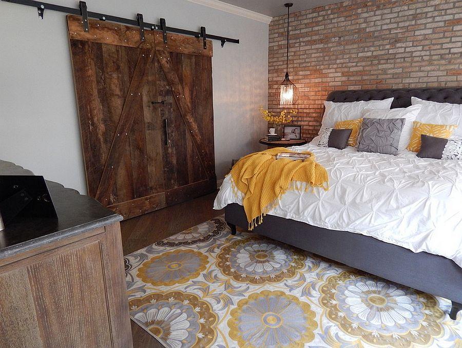 Photo of Keller Schlafzimmer mit Backsteinmauern und großer scheunenartiger Tür – Decoist