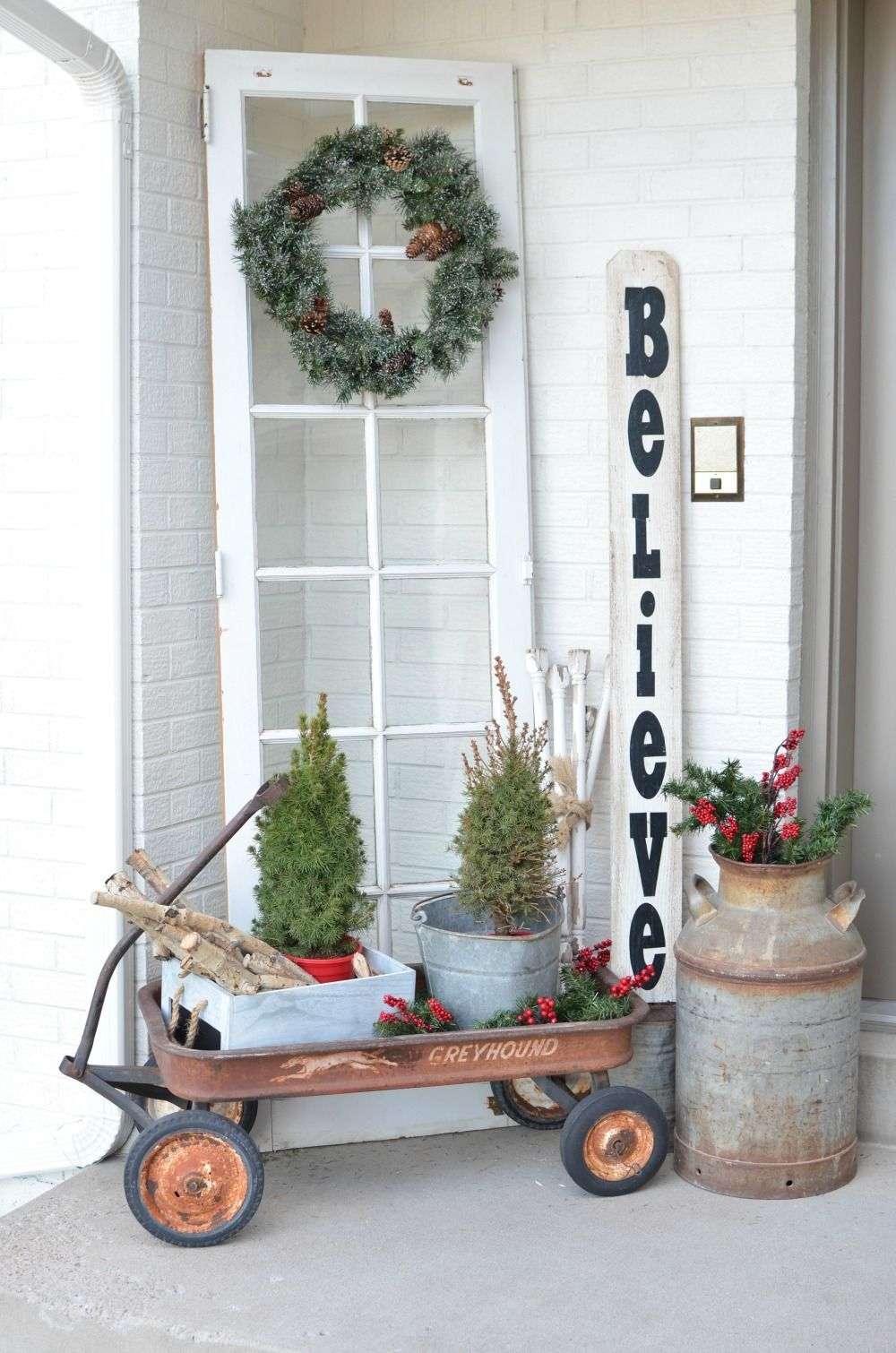 Christmas on the Front Porch. Vintage Christmas decor ideas for your ...