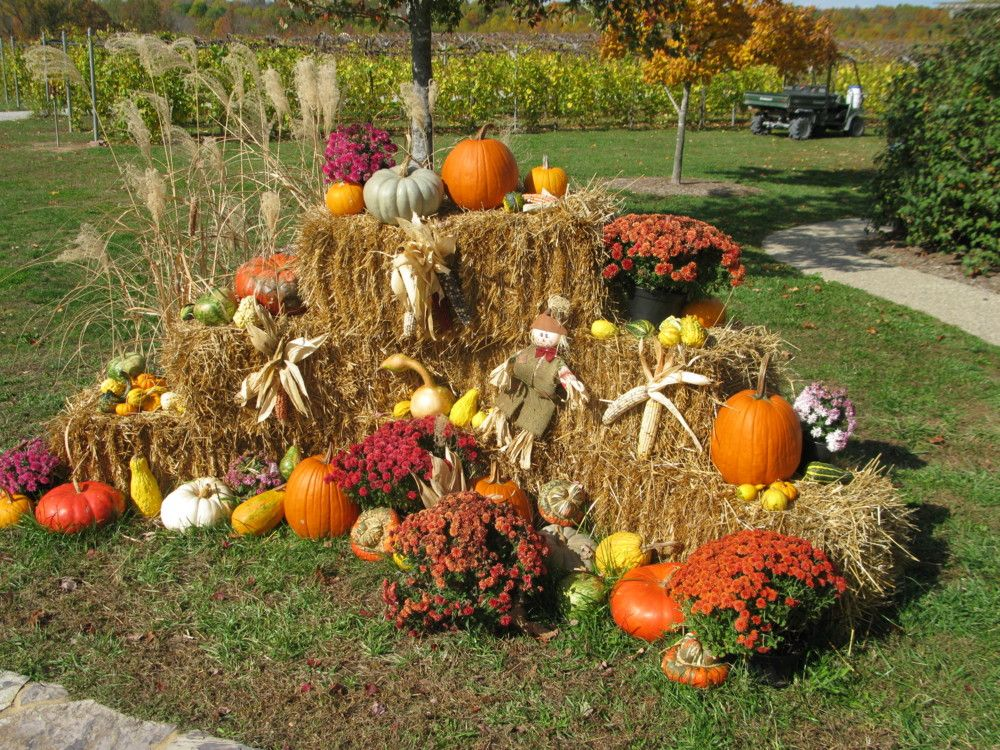 Outdoor fall display happy fall y 39 all pinterest fall for Pictures of fall decorations for the yard