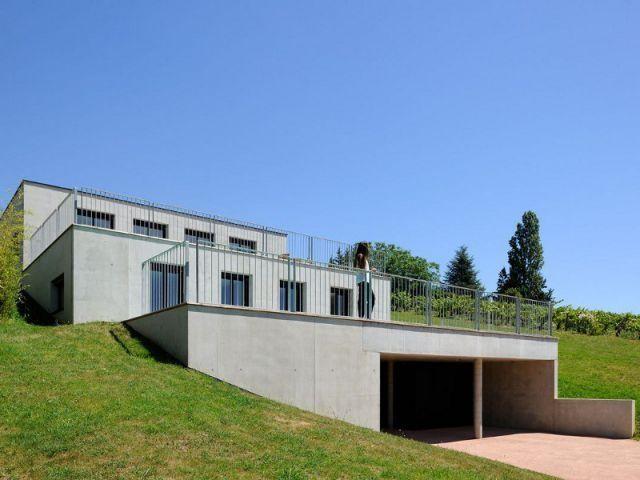 Un colosse de béton épouse un terrain en pente Maison Pinterest - construction maison terrain en pente