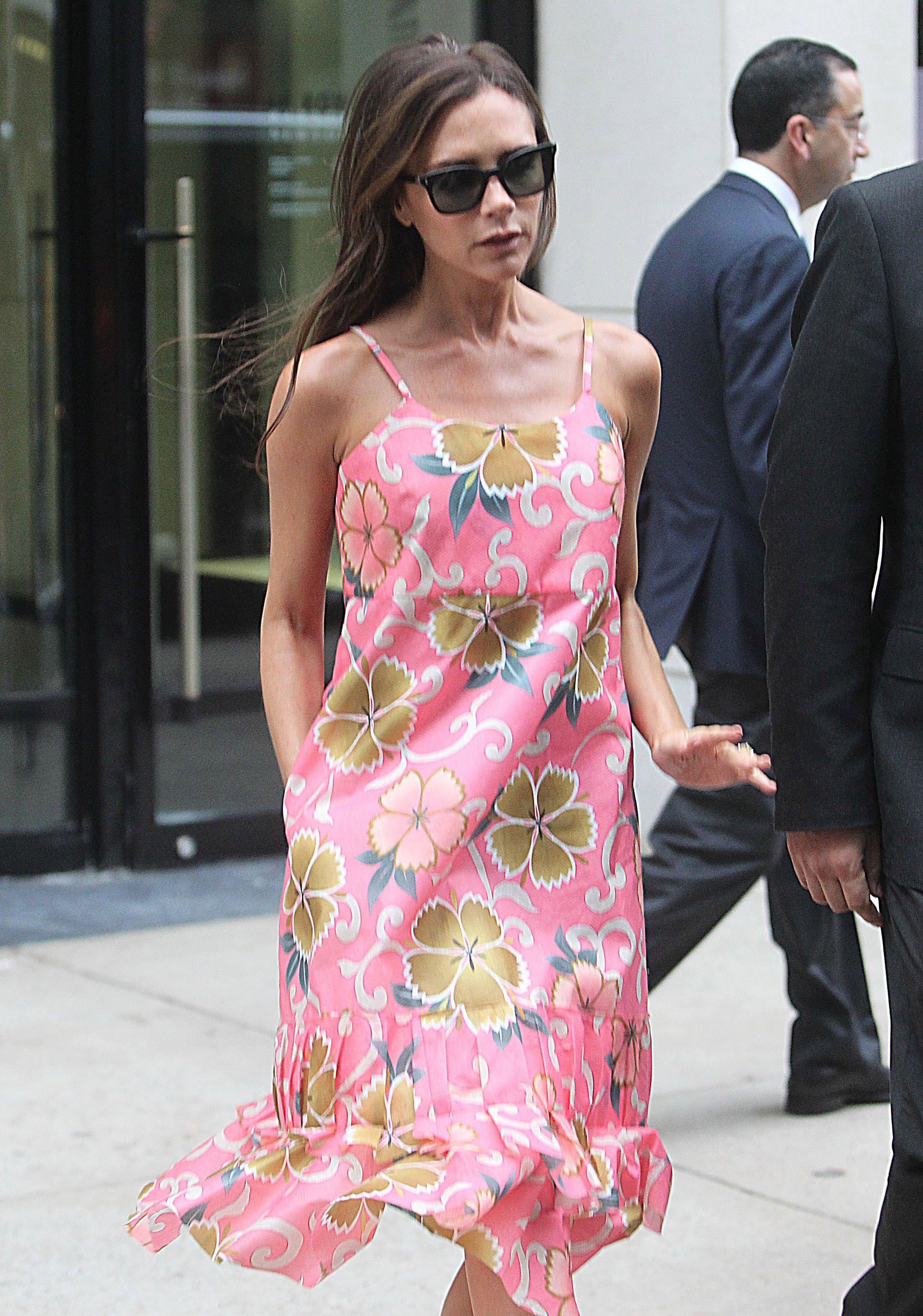 A estilista, sempre adepta de cores sóbrias, preferiu um vestidinho colorido para passear na segunda-feira (8)