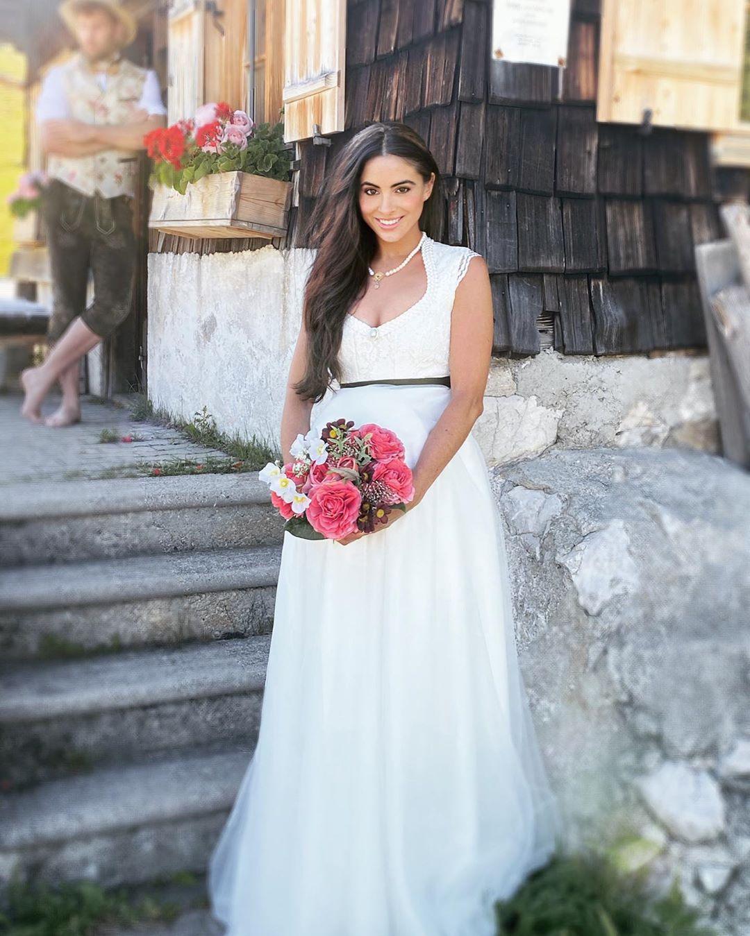 Brautdirndl Hochzeitsdirndl Auf Instagram Bald Sind Wir 3 Schwanger Heiraten Im Hochzeitsdirndl Von Www Tianvantastique Braut Dirndl Braut Trachten Hochzeit