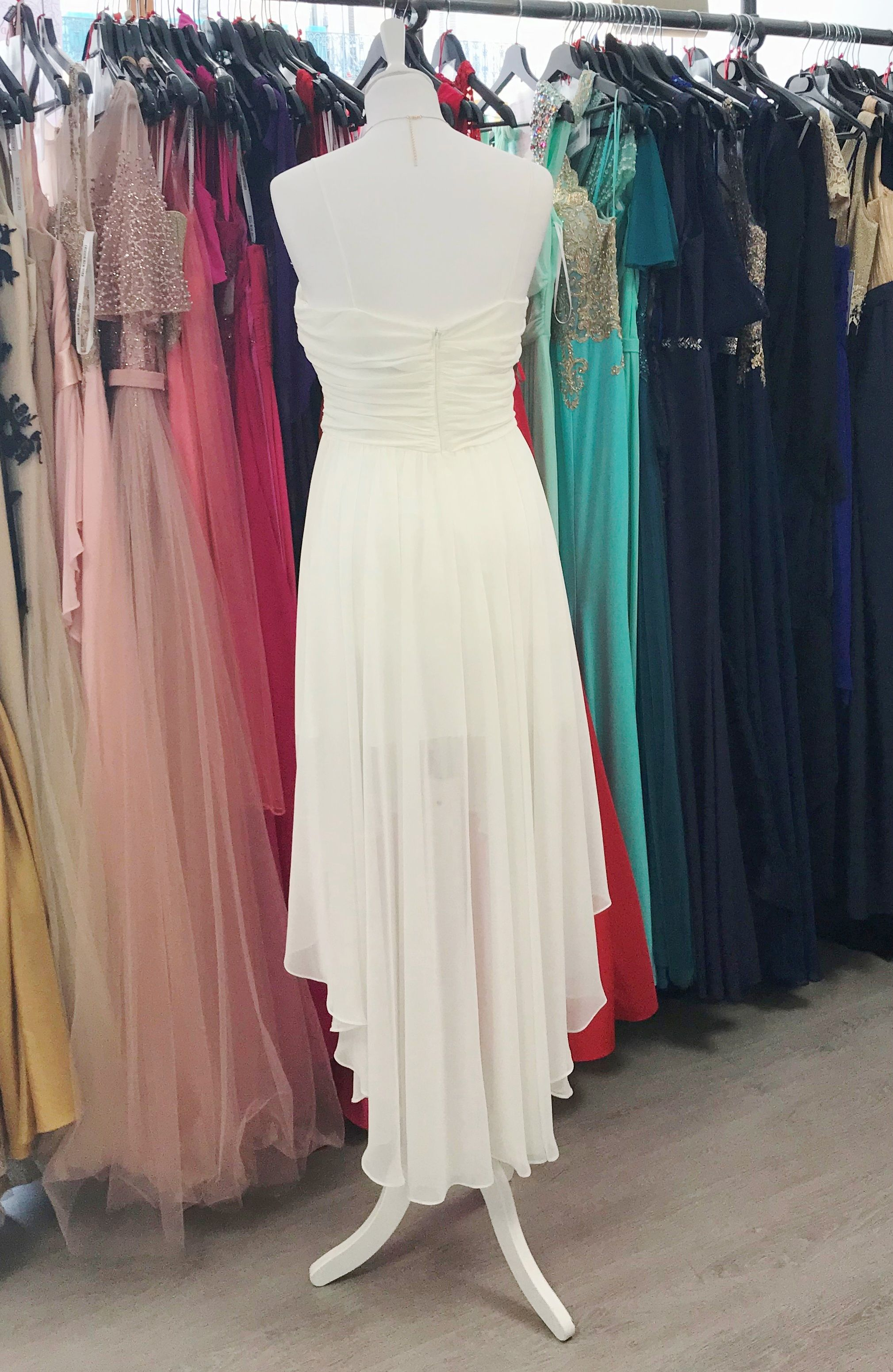 Robe de mariée courte asymétrique courte devant longue derrière, coupe mulet, drapée, bustier ...