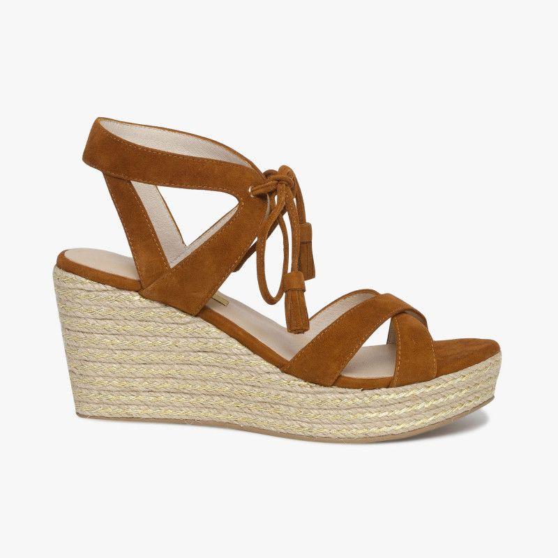 76bc1a96c0a Sandale compensée marron en cuir velours et pompons Une sandale compensée  très féminine avec sa matière