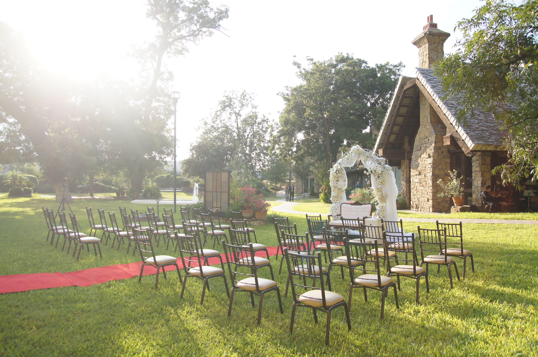Una boda al aire libre con arco floral y mantas blancas for Arcos de jardin