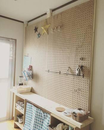 柱を3本立て有孔ボードを壁一面に固定すれば 自在に棚やバスケットやフックの追加ができる空間に 書類ストックとして使ったり 好きなモノを飾ったり 自由に使えるスペースがあると嬉しいですよね 内装 壁 インテリア