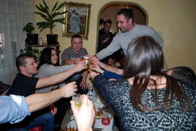 Охридските семејства Алач и Волкан со ѓомлезе, риба, чорба и греена ракија го одбележаа големиот верски празник | еФакт