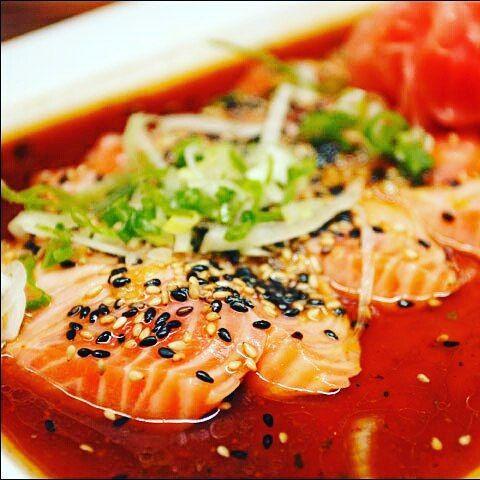 Ya has probado nuestros tiraditos de salmón? Si no lo has hecho ven y deleita tu paladar de la mejor manera. #Salmok #Foodporn #Tataki by tatakitrasnocho