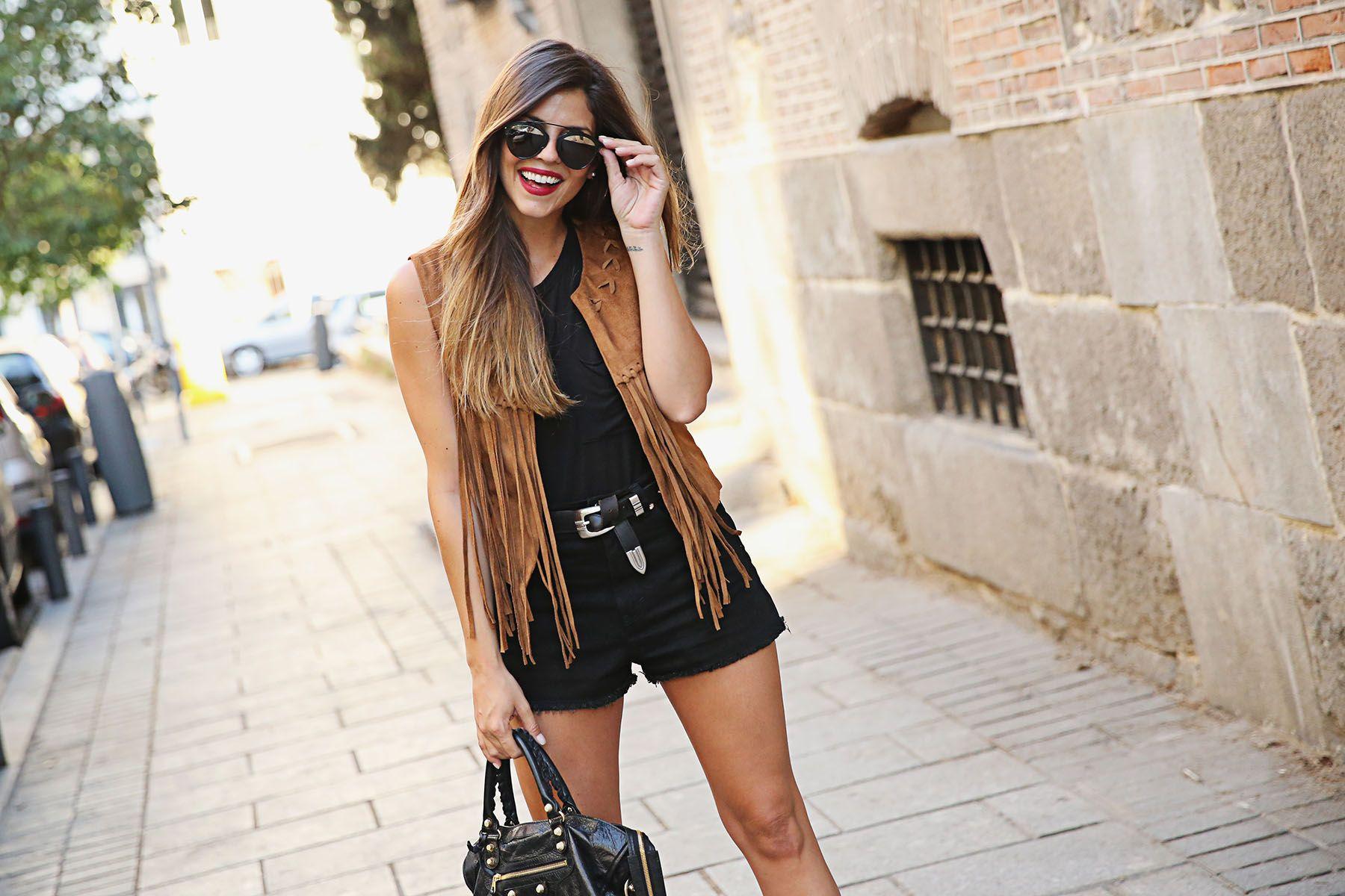 trendy-taste-look-outfit-street-style-ootd-blog-blogger-fashion-spain-moda-españa- chaleco-flecos-fringed-vest-balenciaga-mustt-botines-camperos-shorts- ... 055d884eaf0c