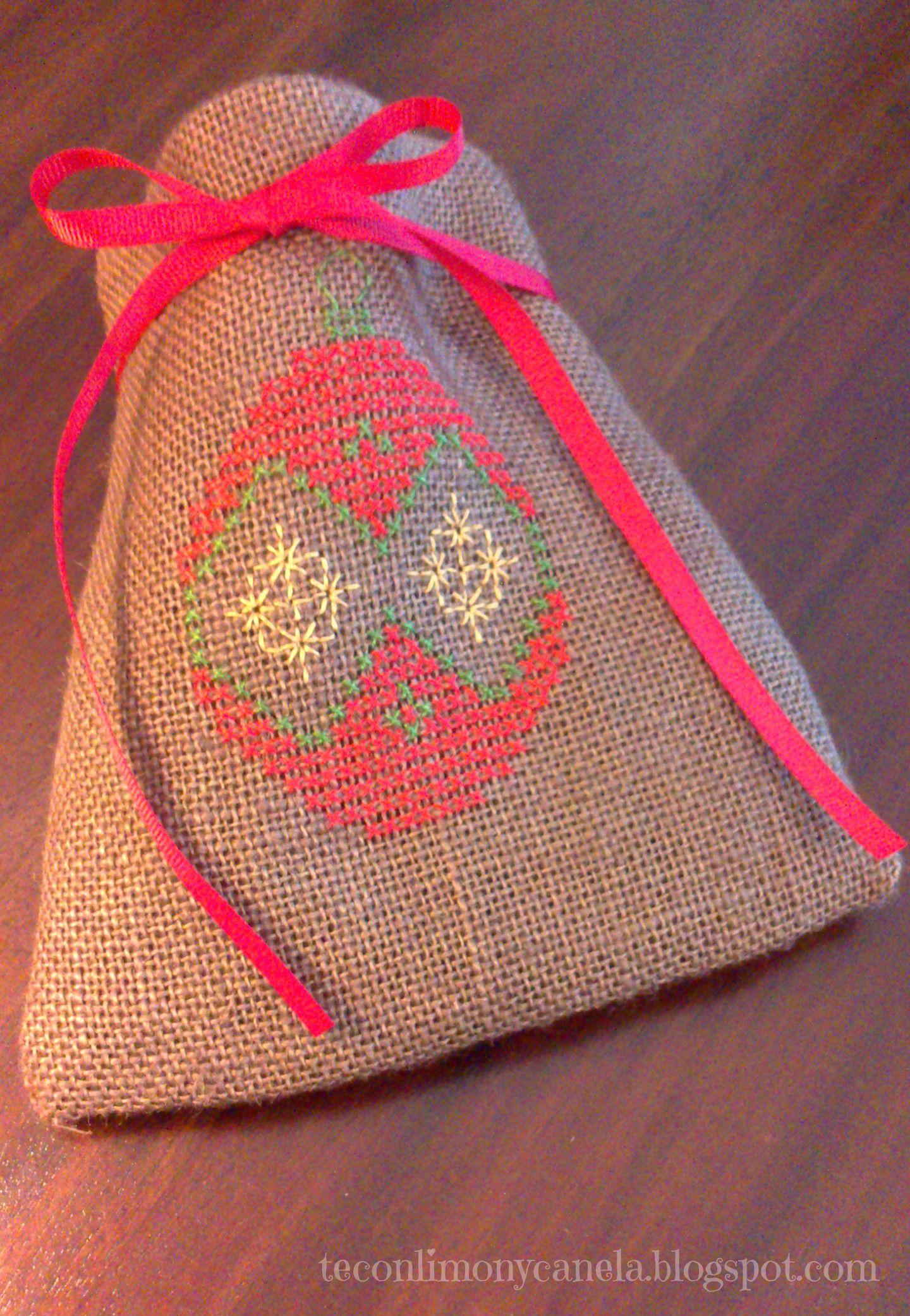 Saquito para navidad bordado a punto de cruz sobre tela - Saquitos de tela ...