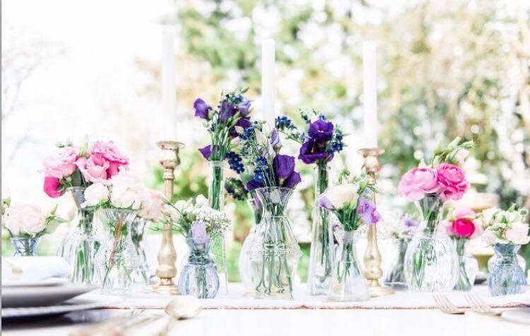 Losse Bloemen In Allerlei Verschillende Soorten En Maten Vaasjes Speelse En Stijlvolle Tafeldecoratie Voor Je Br Bruiloftbloemen Bruiloftdecoratie Bruidstafel