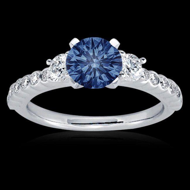 un anillo de compromiso de oro blanco puede ser una buena opción. El oro blanco ofrece un atractivo liso, contemporáneo y combina bien con otras piezas de joyería y colores de ropa.