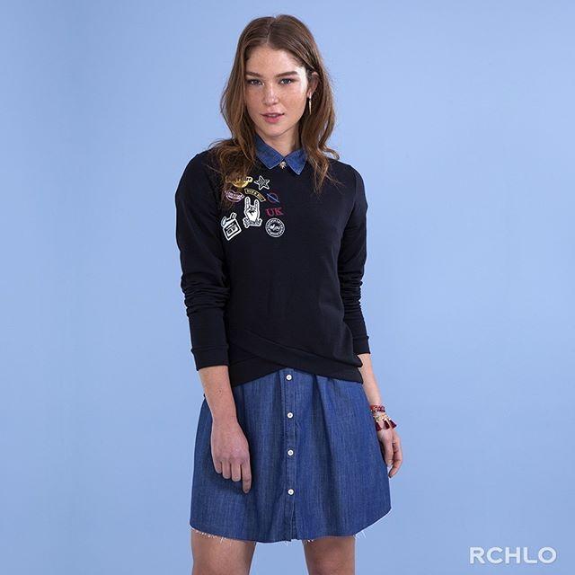 Dê vida nova àquele vestidinho com sobreposição de suéter. O estilo geek-cool, com jeans e patches é uma boa.  #riachuelo #estilo #tendência #sobreposição #inverno #chemise #jeans #blusa #patches
