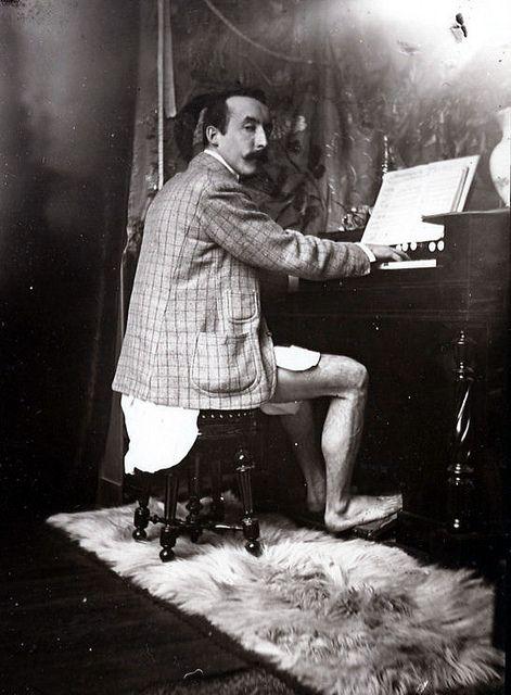 Paul Gauguin tocando el armonio (Paris, 1895), via Flickr.