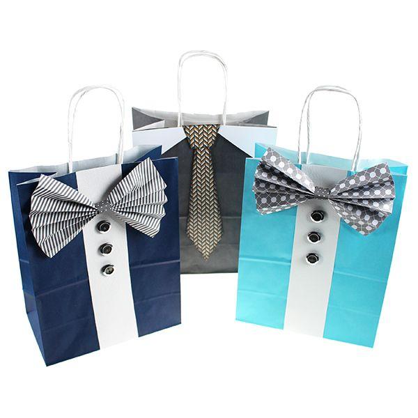 Sinellin yksiväriset paperikassit voit koristella kuviopapereista tehdyillä ruseteilla tai kravateilla sekä napeilla.
