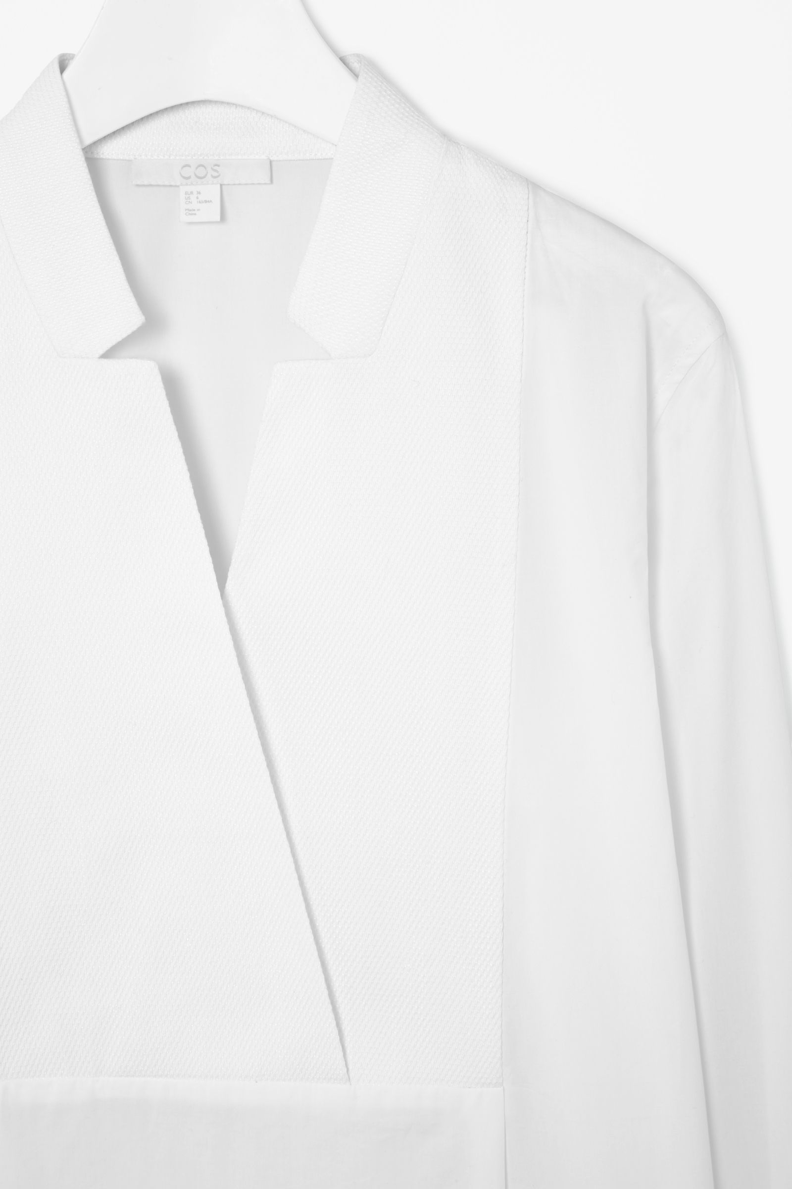 Cut-out collar shirt