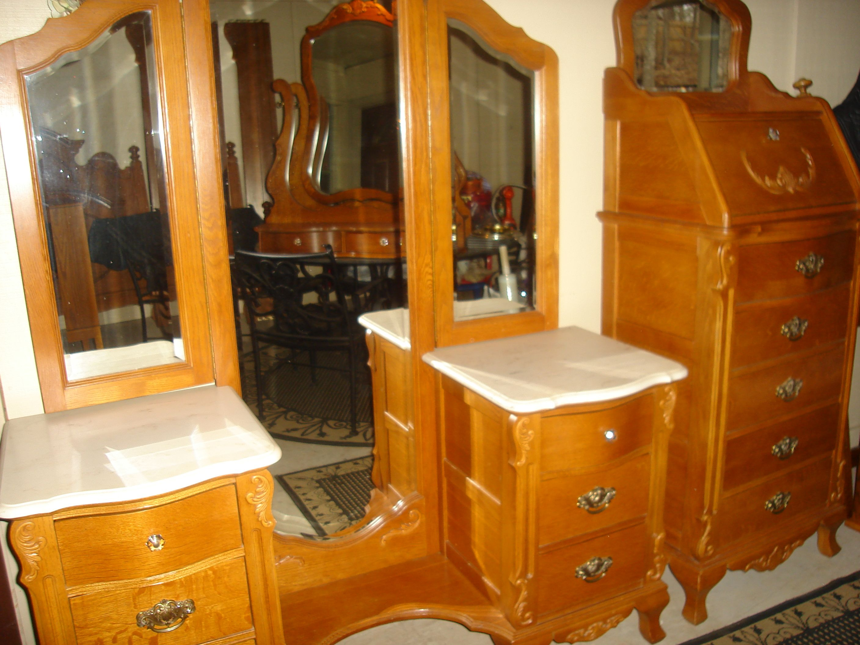 Stanley Victorian Vanity, Tri-fold Beveled Mirror, Bench. Estate quality.  Solid