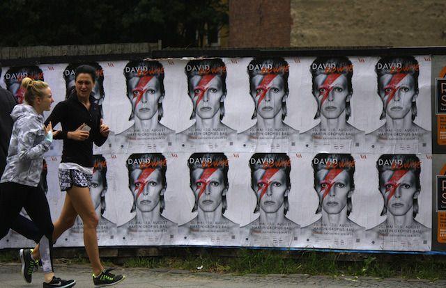 Fãs desfrutar exposição David Bowie.