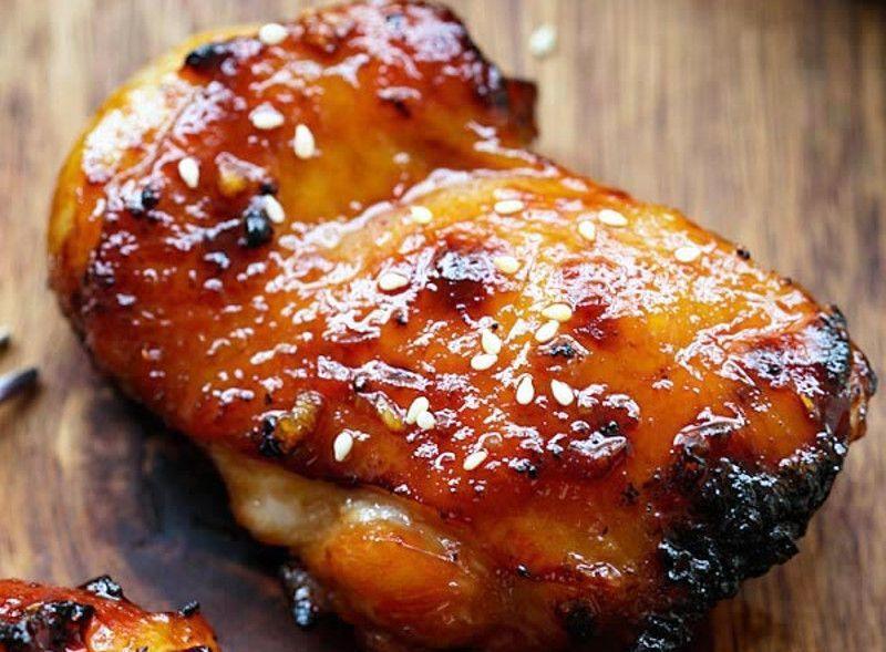 recette parfaite de poulet avec une délicieuse sauce au miel et Sriracha! La marinade de cette recette de poulet est absolument savoureuse et c'est vraiment très simple à préparer! Un vrai bon souper :)La marinade de cette recette de poulet est absolument savoureuse et c'est vraiment très simple à préparer! Un vrai bon souper :)