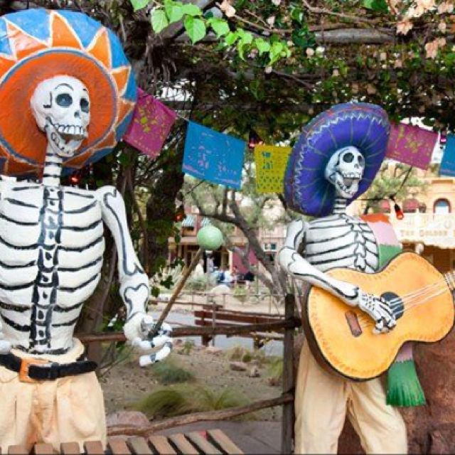 I love that they do a Dia De Los Muertos display in the fall @ Disneyland