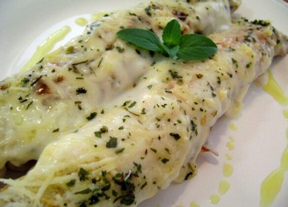 ★Vcs amam estas panquecas d moída c. tomates recobertas por requeijão & ervas; hje acompanhadas d salada d folhas, ovos e legumes terrosos. Almoce bem por R$ 19.★ #almocepanquecas #almocofeliz #almocodequarta #almocodechef #almocarbem #almocarfora #chefanastellato #deusnocomando #almocopromocional