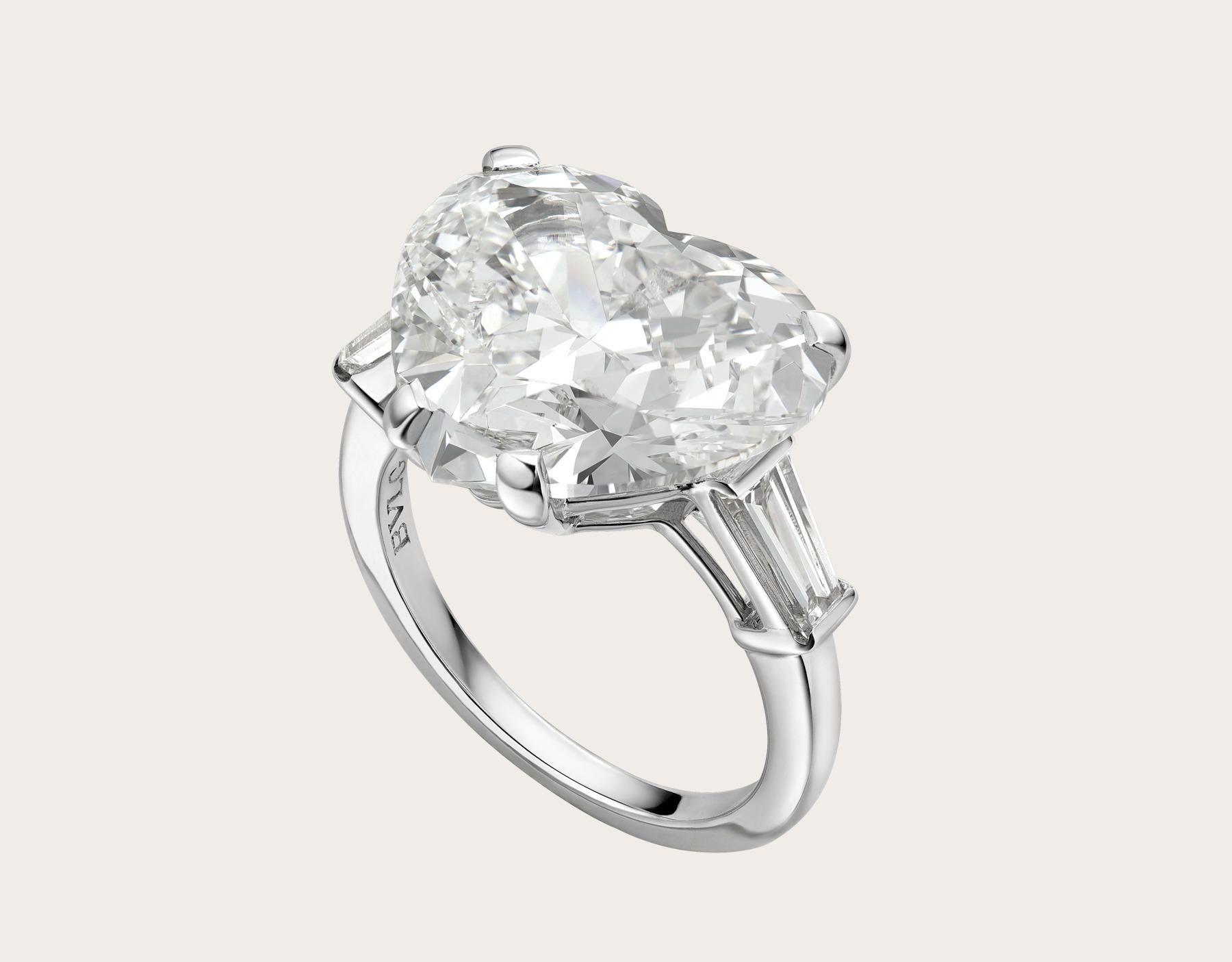 49f53cdd958a Anillo Griffe en platino con un diamante redondo talla corazón y dos  diamantes laterales. image