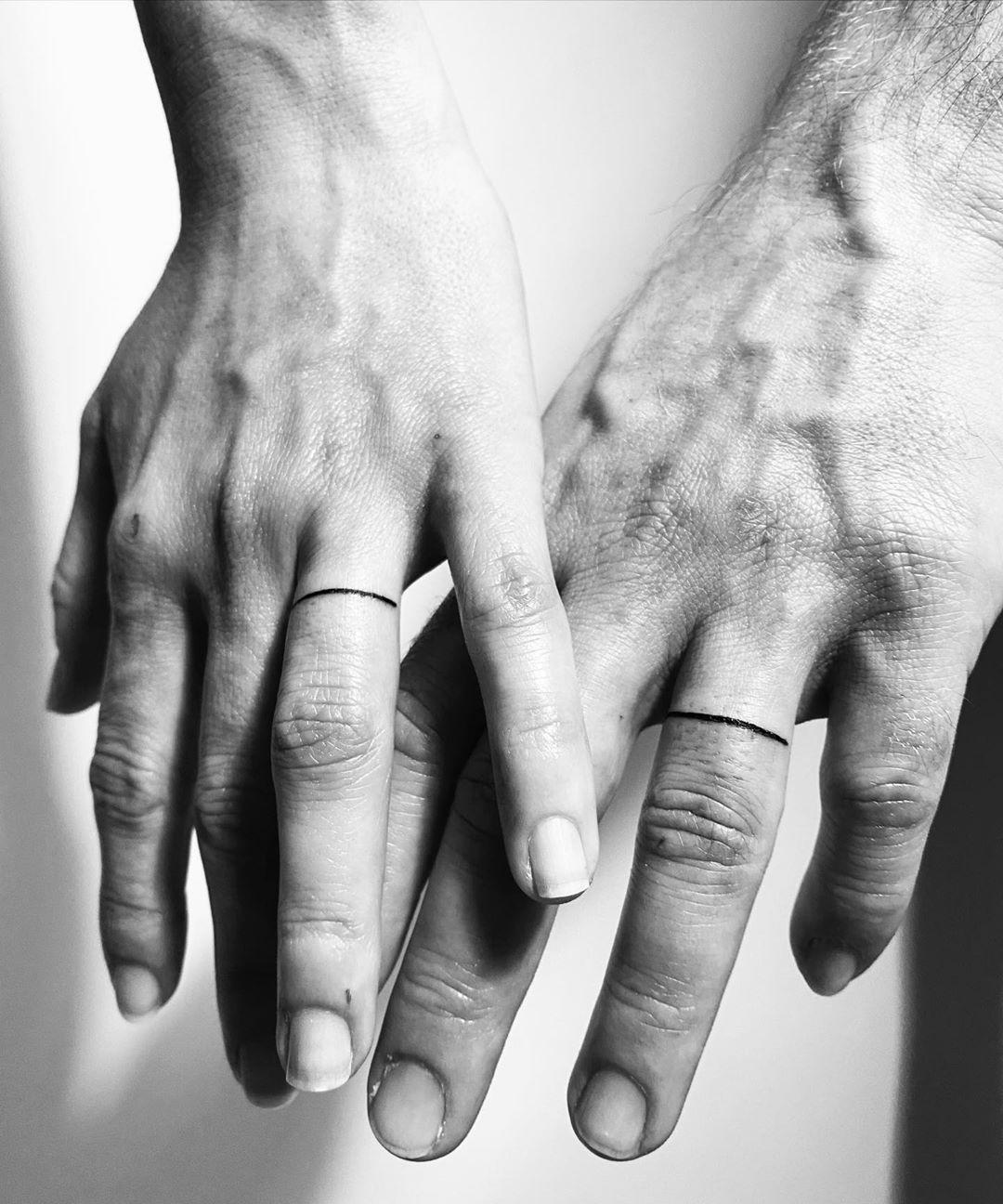 De cuando casaba a parejas preciosas... ANILLOS🖤 #tattoo #tattoos #tattooideas #tattoosleeve #tattoostyle #tattooed #tattoomodel #tattooing #tattooist #tattoodo #tattooinspiration #tattoolove #tattooartist #tattooartwork #tattoooftheday #tattoolife #tattooink #ink #inked #inkedmen #inkedgirls #ring #rings #ringtattoo #justmarried in love con esta pareja🖤