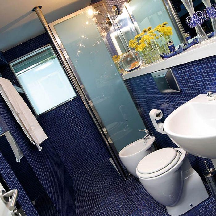 carrelage mosaique salle de bain bleu marine en emaux de verre