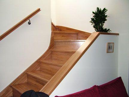 Escalera forrada en madera con cubremuros de madera.