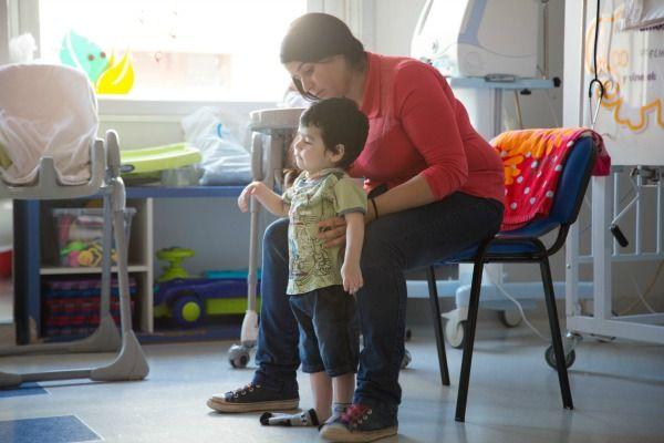 Señora ayudando a pequeño