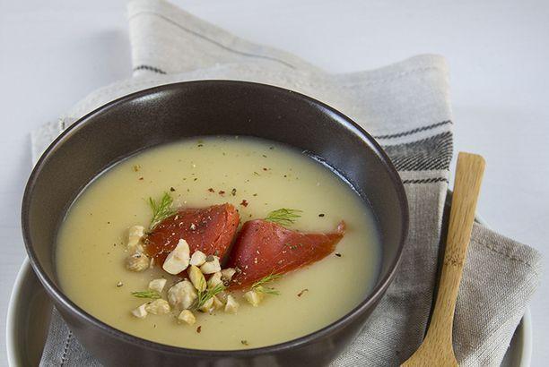 Vellutata di patate con salmone affumicato e nocciole
