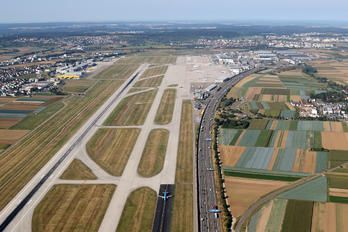 - - - Airport Overview - Airport Overview - Runway, Taxiway photo (176 views)